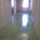 Терраццо-пол в коридоре дома. Материал - мраморный мозаичный пол АЛЬФАПОЛ ДМБ-М - ровнитель на магнезиальном вяжущем на мраморном заполнителе для создания долговечных декоративных износоустойчивых непылящих покрытий пола