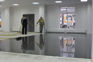 Срочная работа по укладке наливного пола в новом комплексе аэропорта «Пулково»