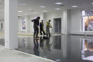 Срочная работа по укладке пола в новом комплексе аэропорта «Пулково»